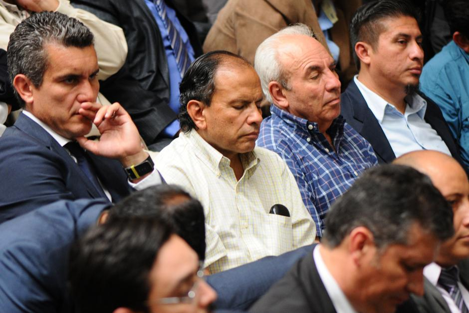Dennis González Zepeda cae en sueño momentáneo durante la audiencia (Foto: Alejandro Balán /Soy502)