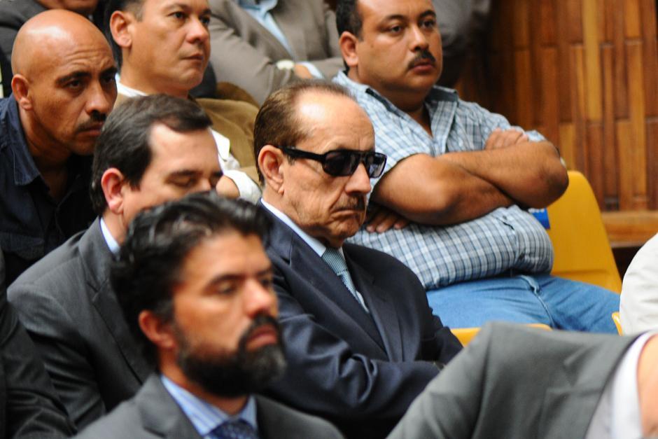 """Julio René Ortega, con lentes oscuros, también """"cabecea"""". (Foto: Alejandro Balán /Soy502)"""