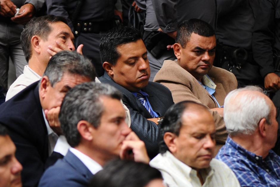 Abner Antonio Rodriguez Vasquez duerme por unos segundos de brazos cruzados (Foto: Alejandro Balán /Soy502)