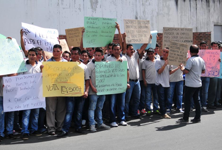 Más de 500 empleados apoyaron la manifestación de este lunes en la Avenida Petapa. (Foto: Alejandro Balán/Soy502)