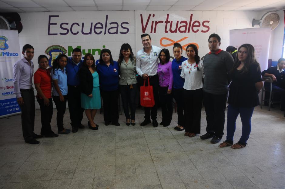 El alcalde Neto Bran participó en la inauguración de Escuelas Virtuales en el centro educativo Fe y Alegría de la zona 3 de Mixco. (Foto: Alejandro Balán/Soy502)