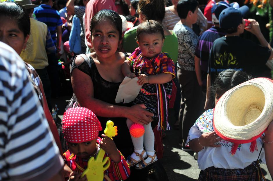 Creyentes se acercan a las iglesias de zona 1 y 10 para visitar y venerar a la imagen de la Virgen de Guadalupe (Foto: Alejandro Balán/Soy502)