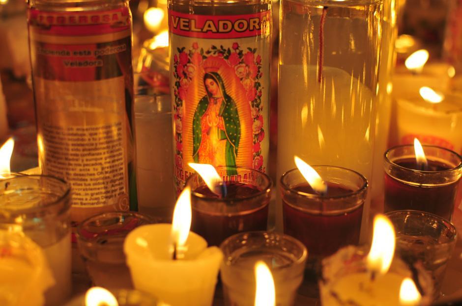 Fieles hacen sus plegarias y encienden veladoras para la Virgen de Guadalupe. (Foto: Alejandro Balán/Soy502)