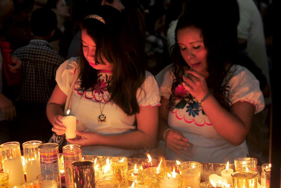 Visitantes aprovechan para elevar oraciones y peticiones frete a la imagen de la Virgen. (Foto: Alejandro Balán/Soy502)