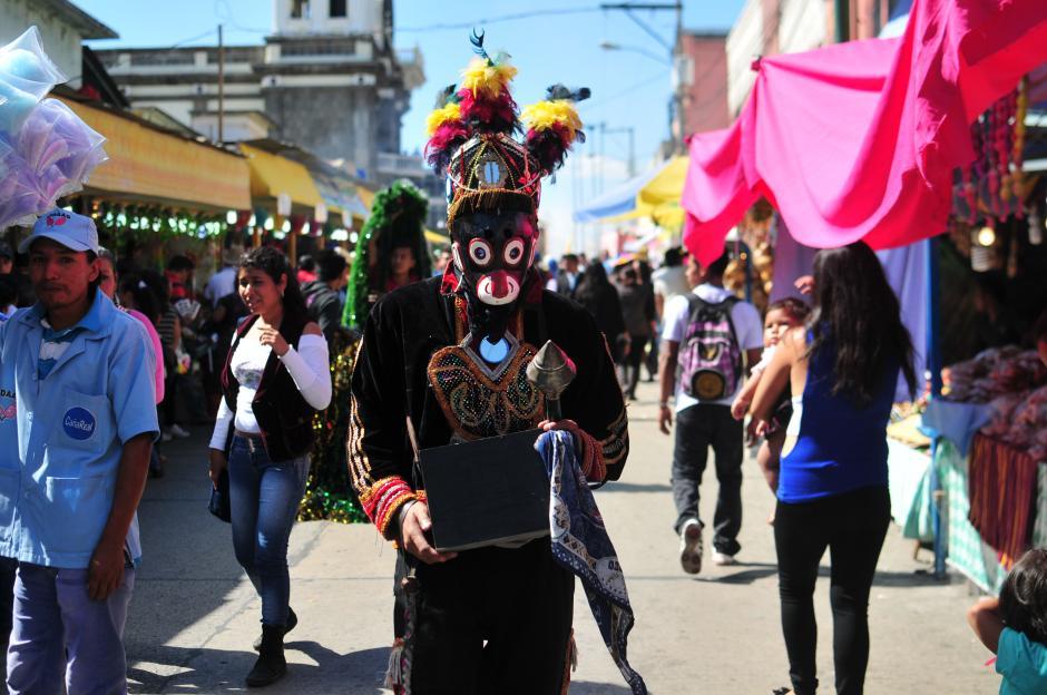 En punto de las 13 horas salió la procesión del Santuario de Guadalupe, acompañada de moros. (Foto: Alejandro Balán/Soy502)