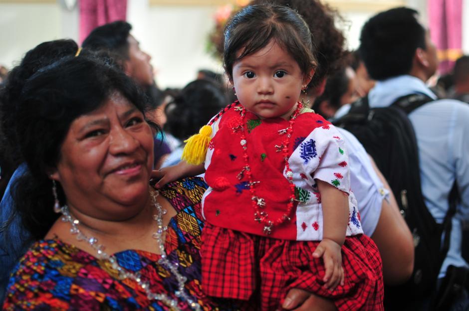 Personas viajan desde distintos puntos del país para visitar a la Virgen en su día. (Foto: Alejandro Balán/Soy502)