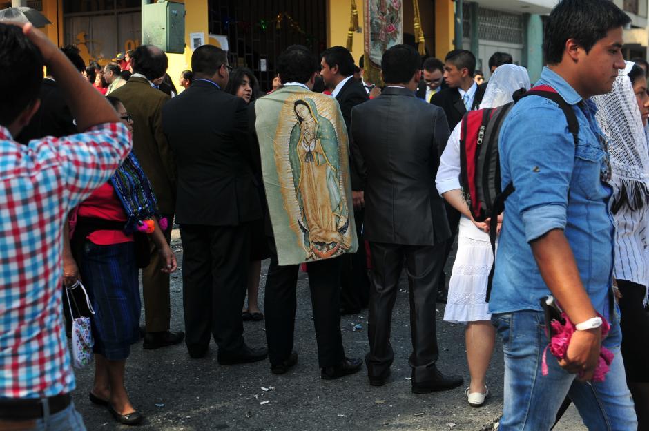 Fieles esperan su turno para llevar el anda de la Virgen en hombros. (Foto: Alejandro Balán/Soy502)