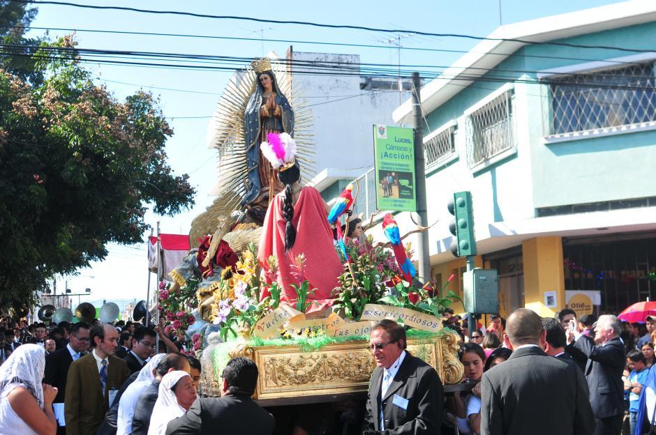 La procesión de la Virgen de Guadalupe recorrió la zona 1 recorre las calles y avenidas cercanas al templo. (Foto: Alejandro Balán/Soy502)