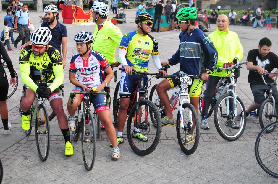Distintos grupos de ciclistas se reunieron hoy en el Obelisco para rendir homenaje al ciclista Juan Pablo Gularte. (Foto: Alejandro Balán/Soy502)
