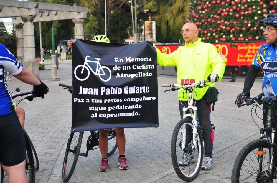 Ciclistas se solidarizan con familiares del deportista Juan Pablo Gularte. (Foto: Alejandro Balán/Soy502)