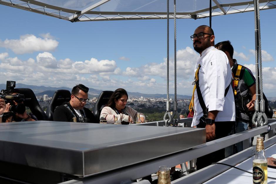 "Vista del ""Dinner In The Sky"" una vez ha sido ascendida. (Foto: Alejandro Balán /Soy502)"