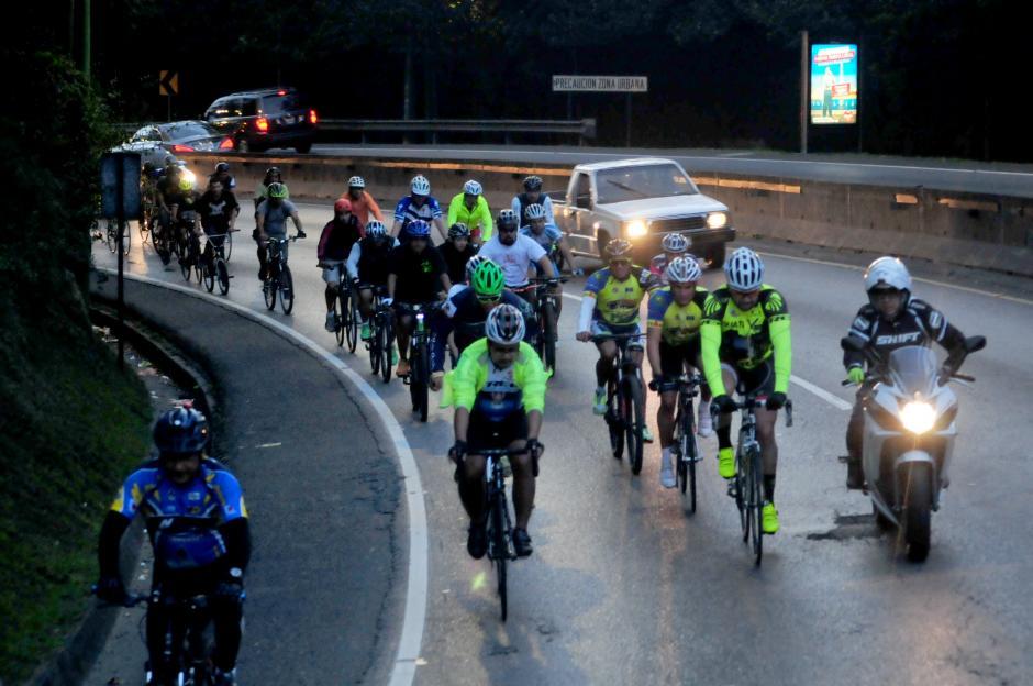 El grupo de ciclistas se dirige al kilómetro 12.5 de Carretera a El Salvador. (Foto: Alejandro Balán/Soy502)