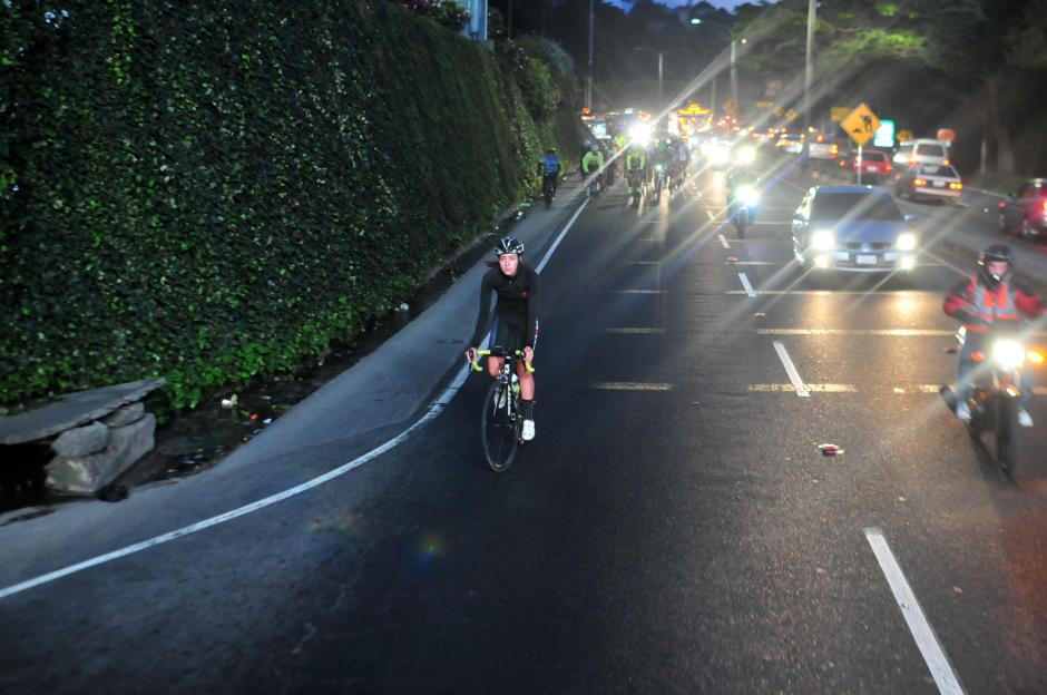 Hombres y mujeres estuvieron allí, sobre sus bicicletas, para rendir homenaje a Juan Pablo Gularte. (Foto: Alejandro Balán/Soy502)