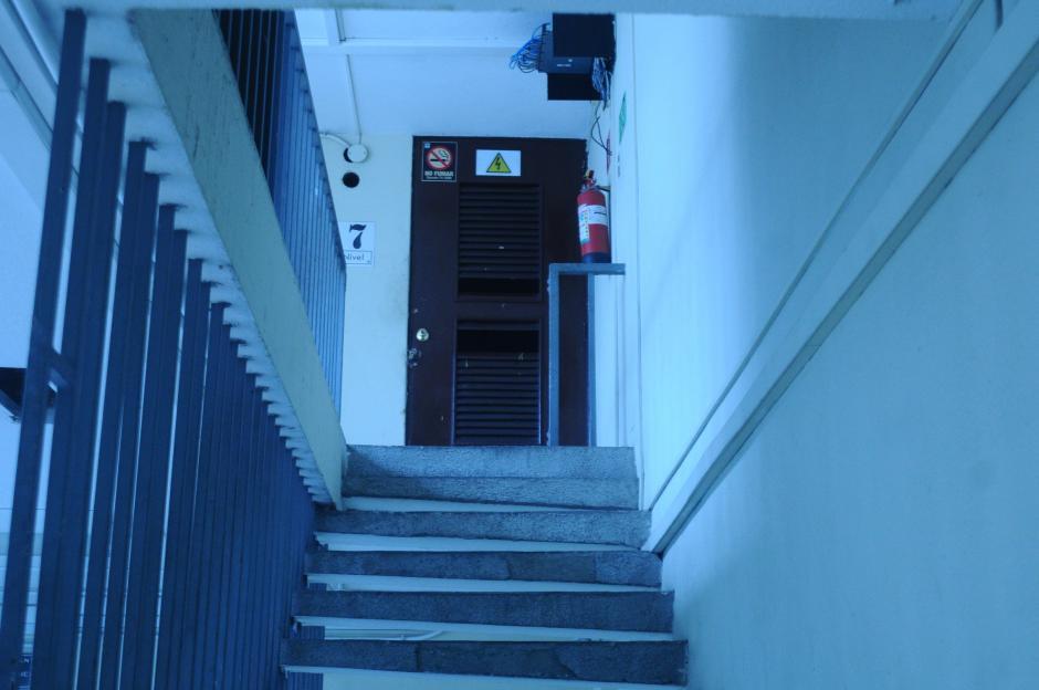 Las gradas angostas representan un peligro ante una eventual evacuación. (Foto: Alejandro Balán/Soy502)