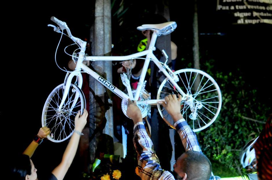 Una Bicicleta Blanca fue colocada en memoria de Juan Pablo Gualrte, ciclista nacional, en el lugar donde falleció (Foto: Alejandro Balán/Soy502).