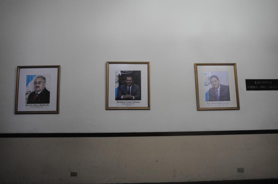 Los cuadros de los expresidentes del Congreso Gudy Rivera, Pedro Muadi y Luis Rabbé no están junto al resto. (Foto: Alejandro Balán/Soy502)