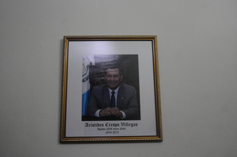 Arístides Crespo enfrenta un proceso de antejuicio por la creación de plazas fantasma, pero su fotografía sigue en una pared del Congreso. (Foto: Alejandro Balán/Soy502)