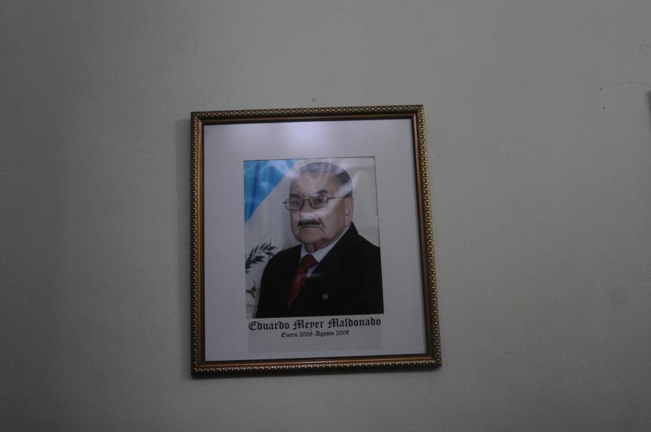 La fotografía de Eduardo Meyer regresó a su lugar, a pesar que fue condenado por el caso MDF. (Foto: Alejandro Balán/Soy502)