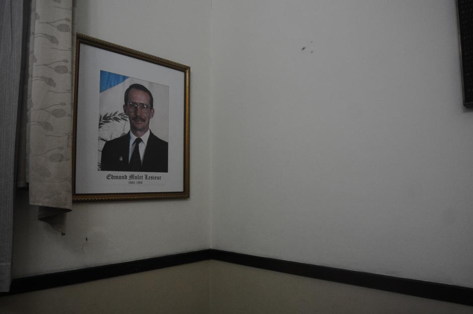 Varios cuadros fueron cambiados de lugar, para evitar que se noten los vacíos, pero aún hay un espacio en una de las paredes. (Foto: Alejandro Balán/Soy502)
