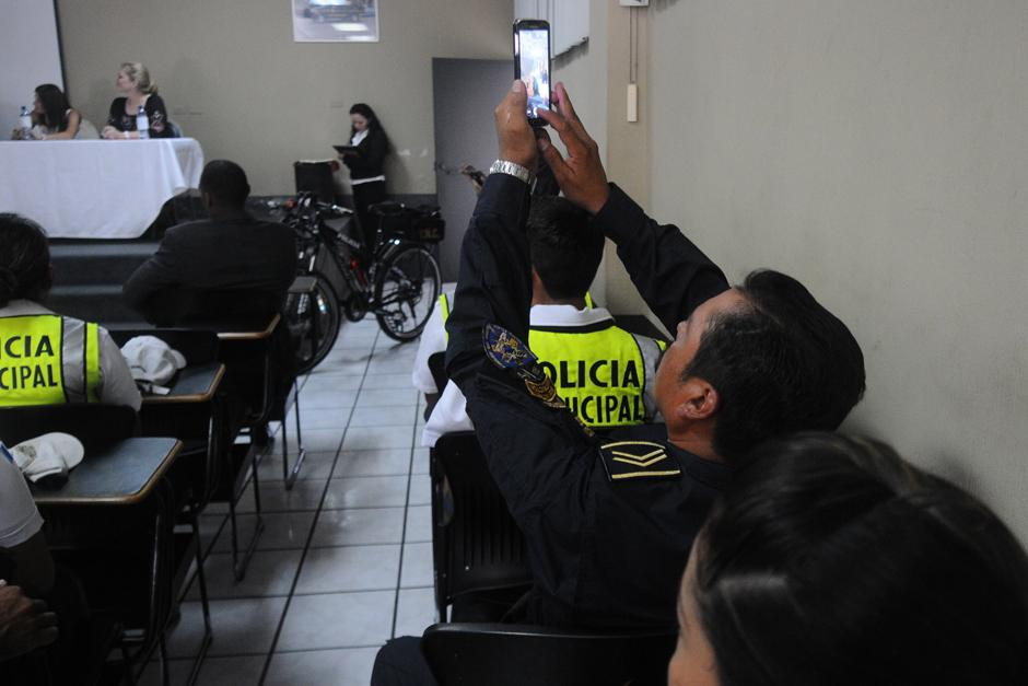 Los instructores de la PNC se hicieron presentes en el acto. (Foto: Alejandro Balán/Soy502)