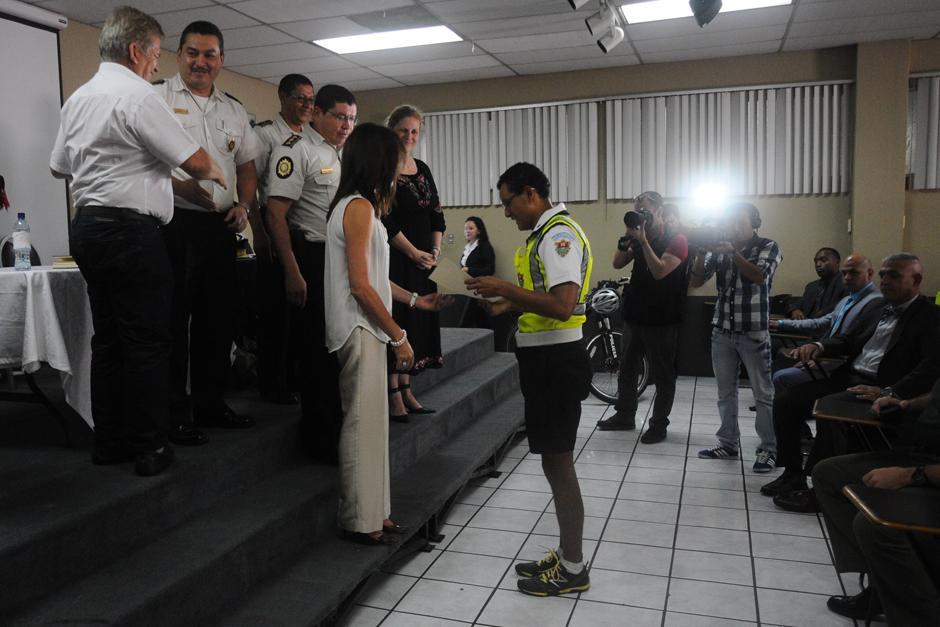 Los graduados recibieron sus respectivos diplomas. (Foto: Alejandro Balán/Soy502)
