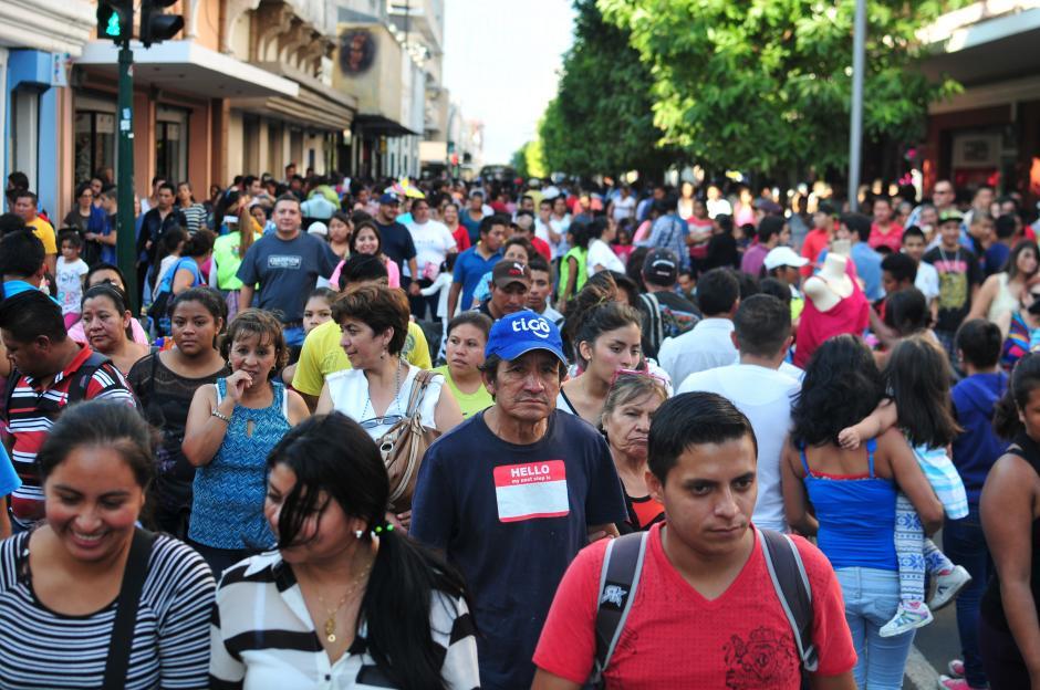 Para desplazarse por la sexta avenida, el tiempo promedio es de una hora debido a la cantidad de personas que caminan por el lugar.(Foto: Alejandro Balán/Soy502)