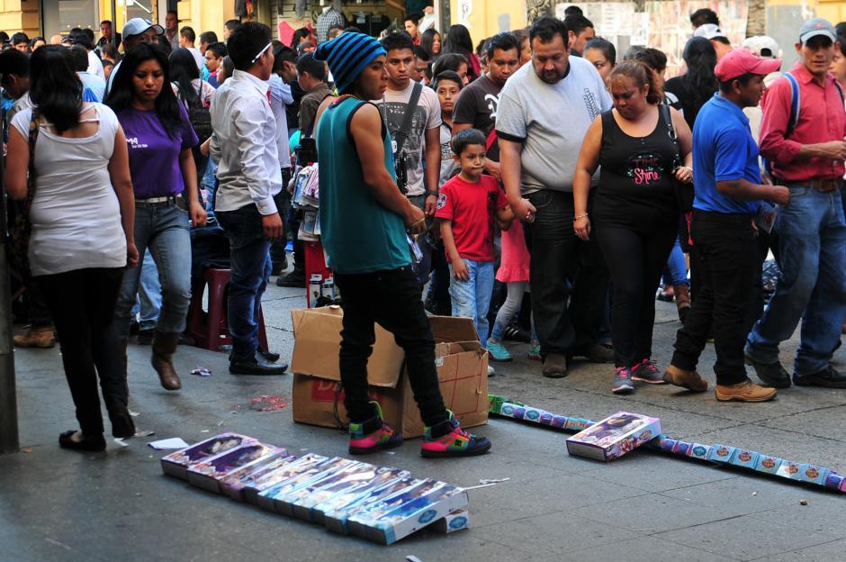 Otros vendedores ofrecen juguetes a los peatones que se desplazaron por la sexta avenida.(Foto: Alejandro Balán/Soy502)