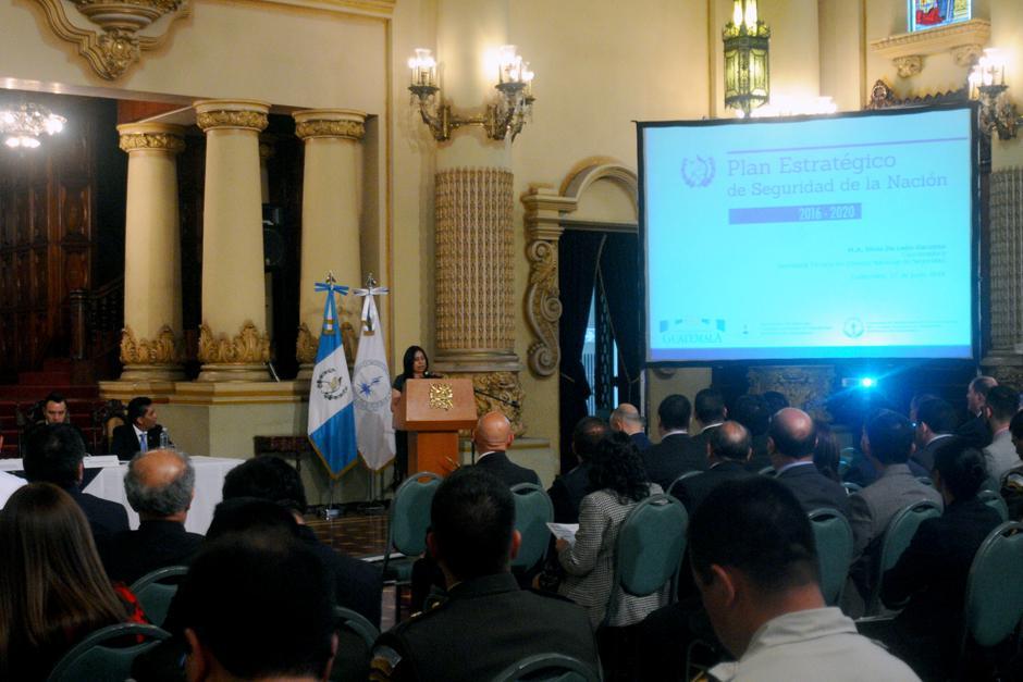 La coordinadora de la secretaria técnica del consejo nacional de seguridad explicó las líneas estratégicas. (Foto: Alejandro Balán/Soy502)