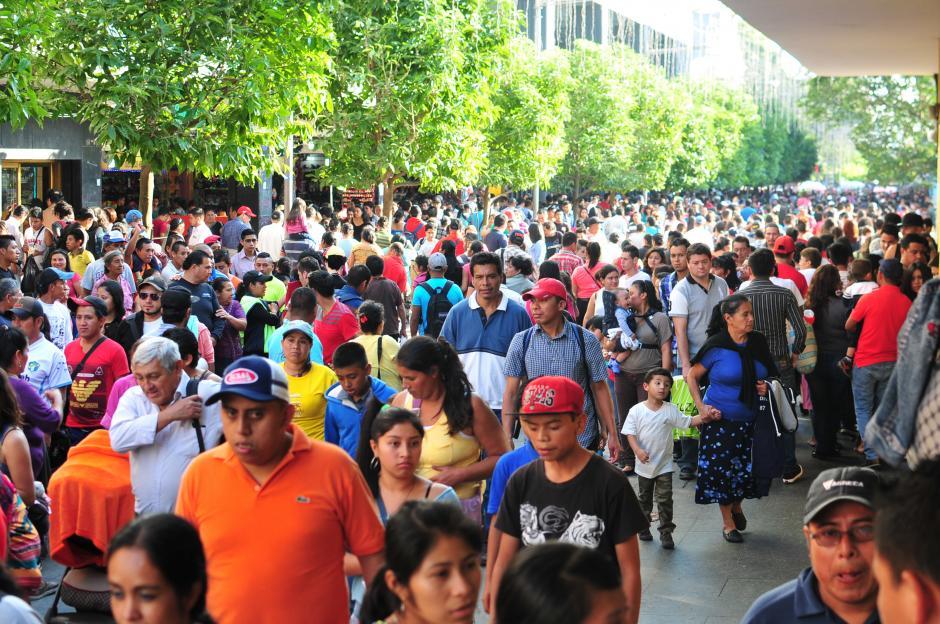 Las casi 14 cuadras del área comercial de la Sexta Avenida no fueron suficientes para aglomerar a todos los visitantes.(Foto: Alejandro Balán/Soy502)
