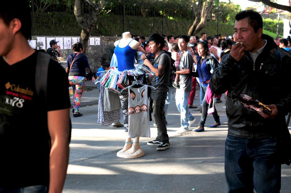 Los vendedores esperan que estas fechas puedan comprar sus productos y ganarse unos cuantos quetzales durante estas fechas.(Foto: Alejandro Balán/Soy502)