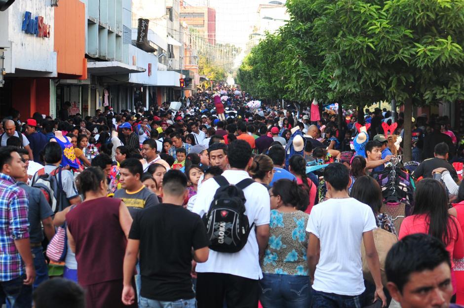 El paseo de la sexta avenida de la zona 1 luce abarrotado de personas que empiezan a buscar el estreno o los juguetes para la navidad.(Foto: Alejandro Balán/Soy502)
