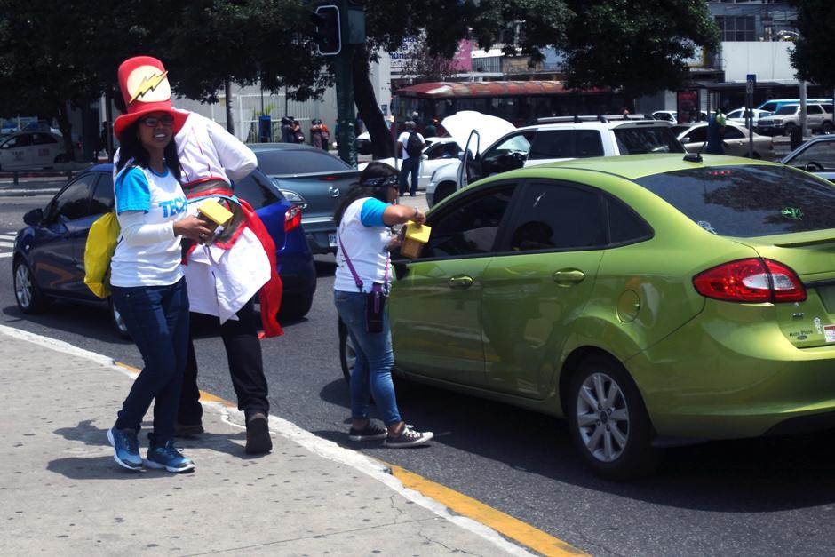 Automovilistas colaboran con la colecta. (Foto: Alejandro Balán /SOy502)