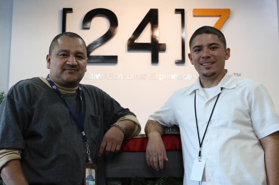 Efrén Pérez y José Leonel Eguizabal trabajan en el call center de 24/7. (Foto: Wilder López/Soy502)