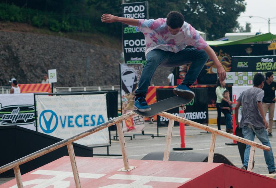 Los jóvenes realizan la práctica de los deportes extremos. (Foto: Alejandro Balan/Soy502)