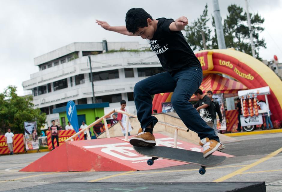 Varios jóvenes de colectivos de skate, patinaje y ciclismo se dan cita en el Skate Fest de la Municipalidad de Guatemala. (Foto: Alejandro Balan/Soy502)