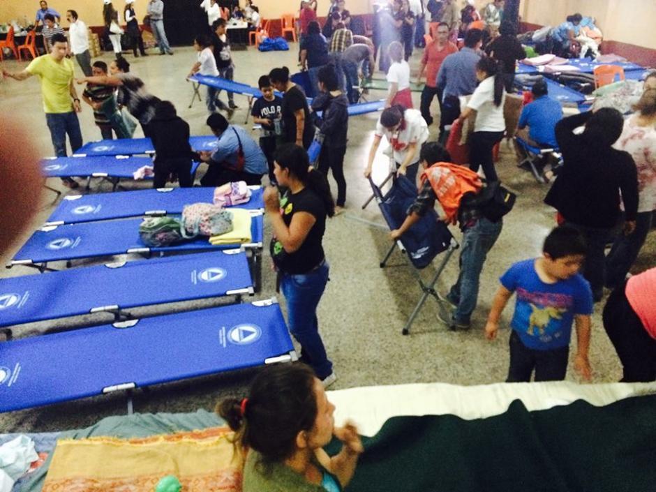 Los guatemaltecos sobrevivientes a la tragedia en El Cambray II en Santa Catarina Pinula pasarán su primera noche en un albergue. (Foto:Andssuer Hernandez/Soy502)