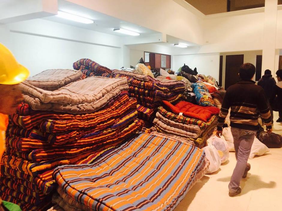 En la Municipalidad de Santa Catarina Pinula no entraban más donativos para los afectados. (Foto:Andssuer Hernandez/Soy502)