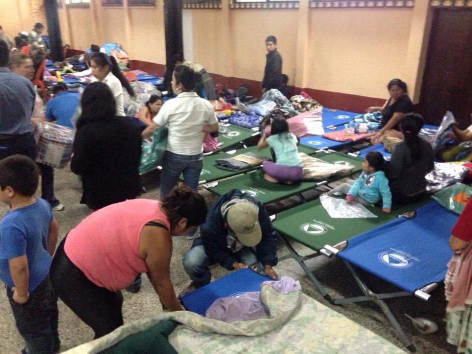 Las familias que sobrevivieron a la tragedia se quedarán esta noche en el albergue ubicado en Santa Catarina Pinula. (Foto: Fredy Hernández/Soy502)