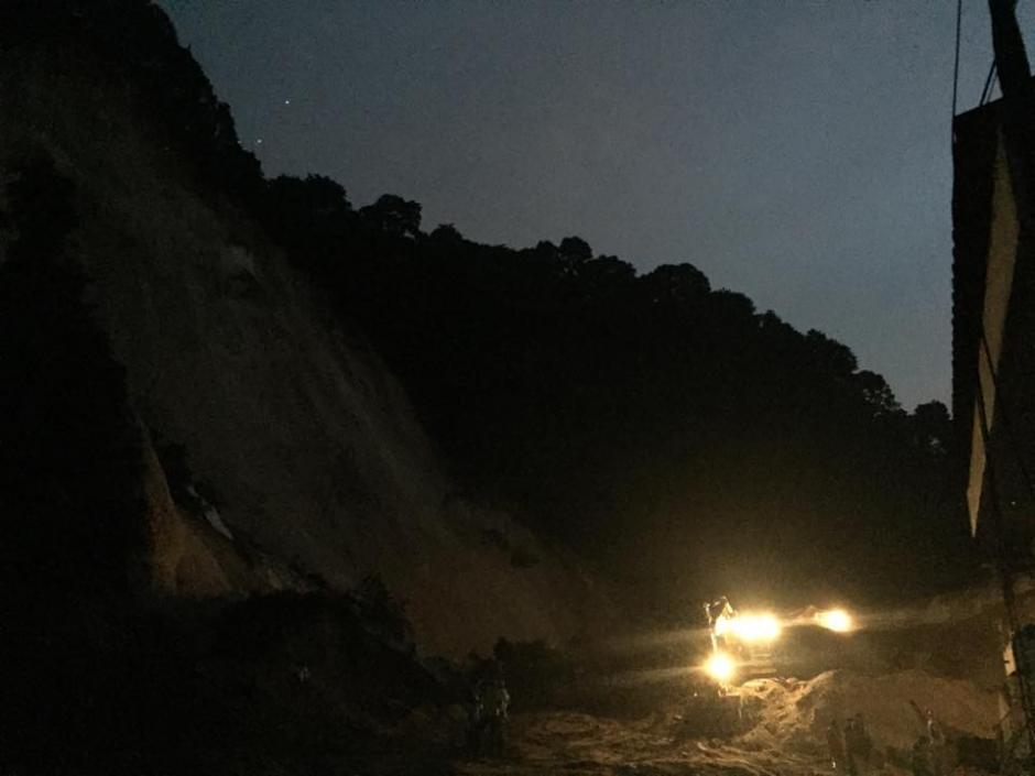 La noche llegó y las máquinas y personal de las instituciones continúa trabajando para rescatar personas. (Foto: Gabriela Barrios/Soy502)
