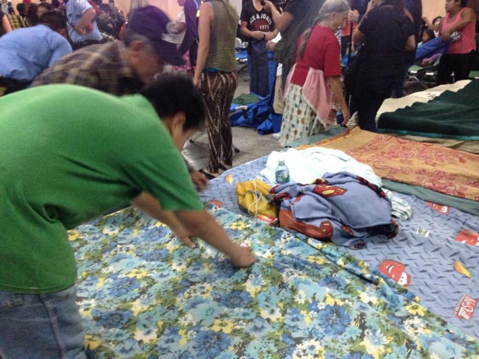 Son decenas de personas las que se preparan para pasar la noche en los albergues. (Foto: Fredy Hernández/Soy502)