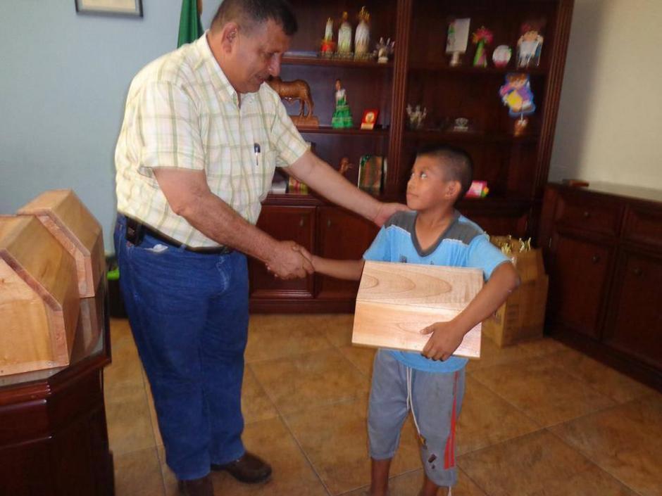 La entrega de cajas se realizó el recién pasado lunes. (Foto: NotiSur Petén)