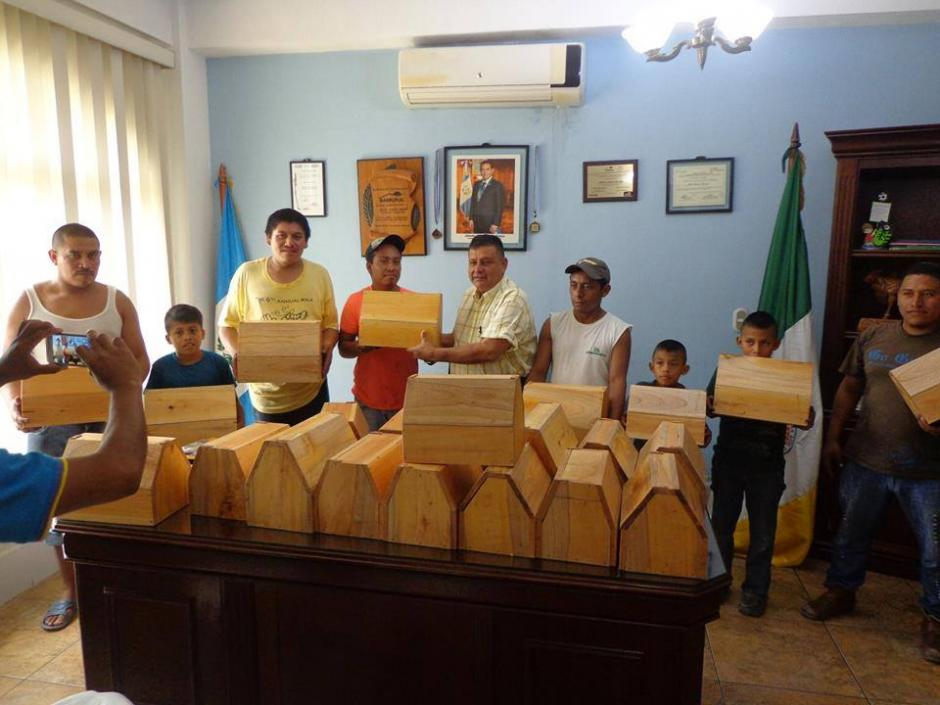 El alcalde de San Luis Petén regaló cajas de lustre a niños y jóvenes. (Foto: NotiSur Petén)
