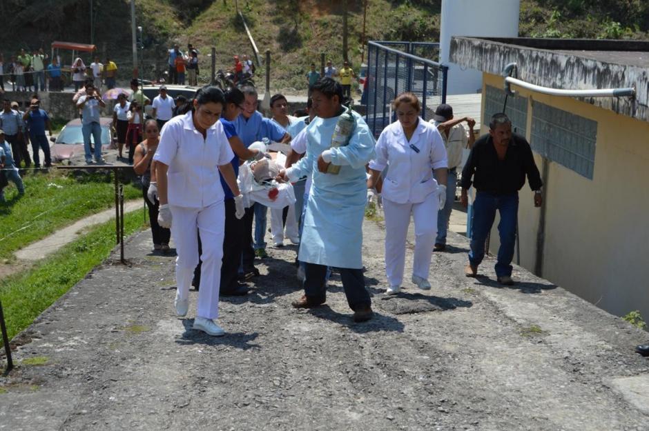 El herido fue trasladado al hospital de Cobán. (Foto: Irma Elizaberh Tzi/Nuestro Diario)