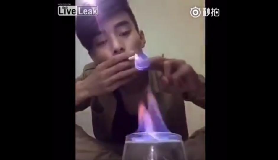 Prende el cigarro sin problema. (Captura de pantalla: YouTube/Liveleak)