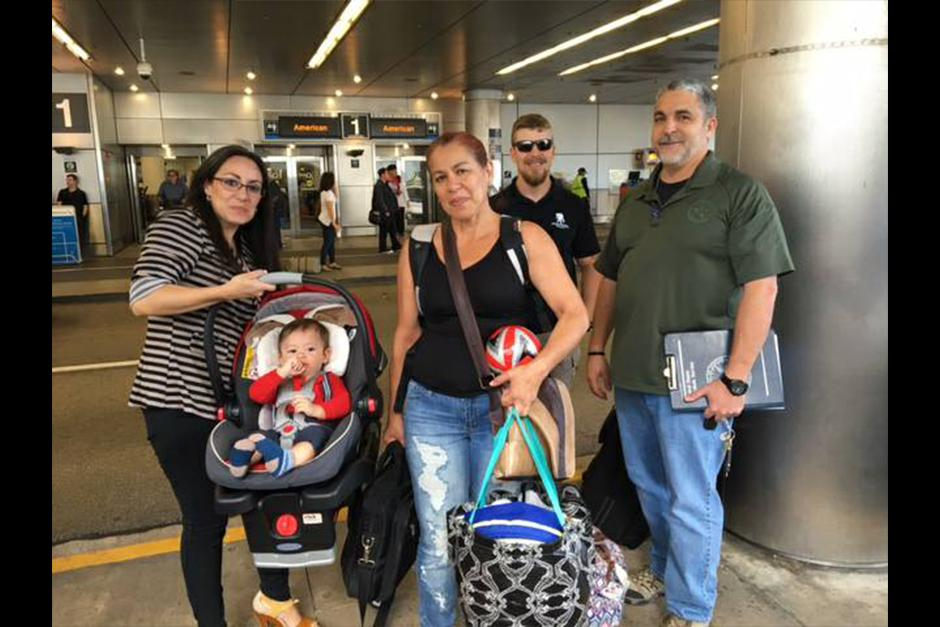 Luego de 4 meses separados, Ethan regresa a Guatemala en los brazos de su madre. (Foto: Facebook)