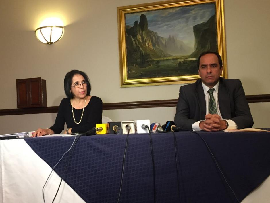 Mayarí Centeno López, hermana de Pavel Centeno, y Alejandro Balsells, abogado de la familia Centeno. (Foto: Jesús Alfonso/Soy502)