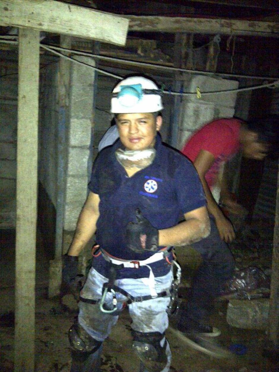 Alejandro Contreras, uno de los voluntarios de Pet Rescue, durante el rescate de un perrito atrapado en una letrina. (Foto: Pet Rescue Guatemala oficial)