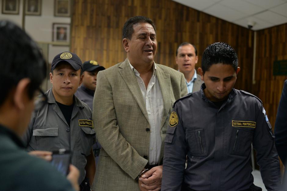 El hermano del exdiputado Roberto Alejos, ríe antes de ingresar a la sala de vistas. (Foto: Wilder López/Soy502)