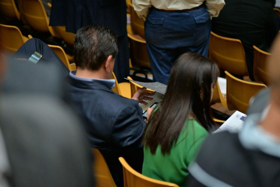 En otra panorámica se observa el celular de Alejos. (Foto: Wilder López/Soy502)