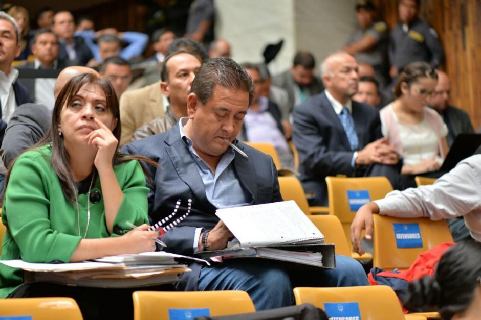 Gustavo Alejos lee en un celular que intenta ocultar. (Foto: Wilder López/Soy502)